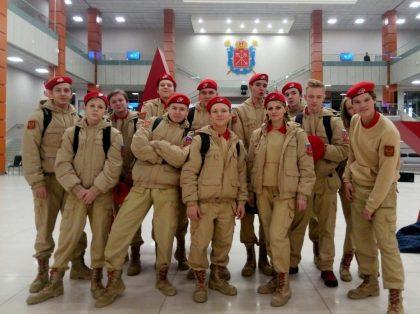 Представители школьного юнармейского отряда